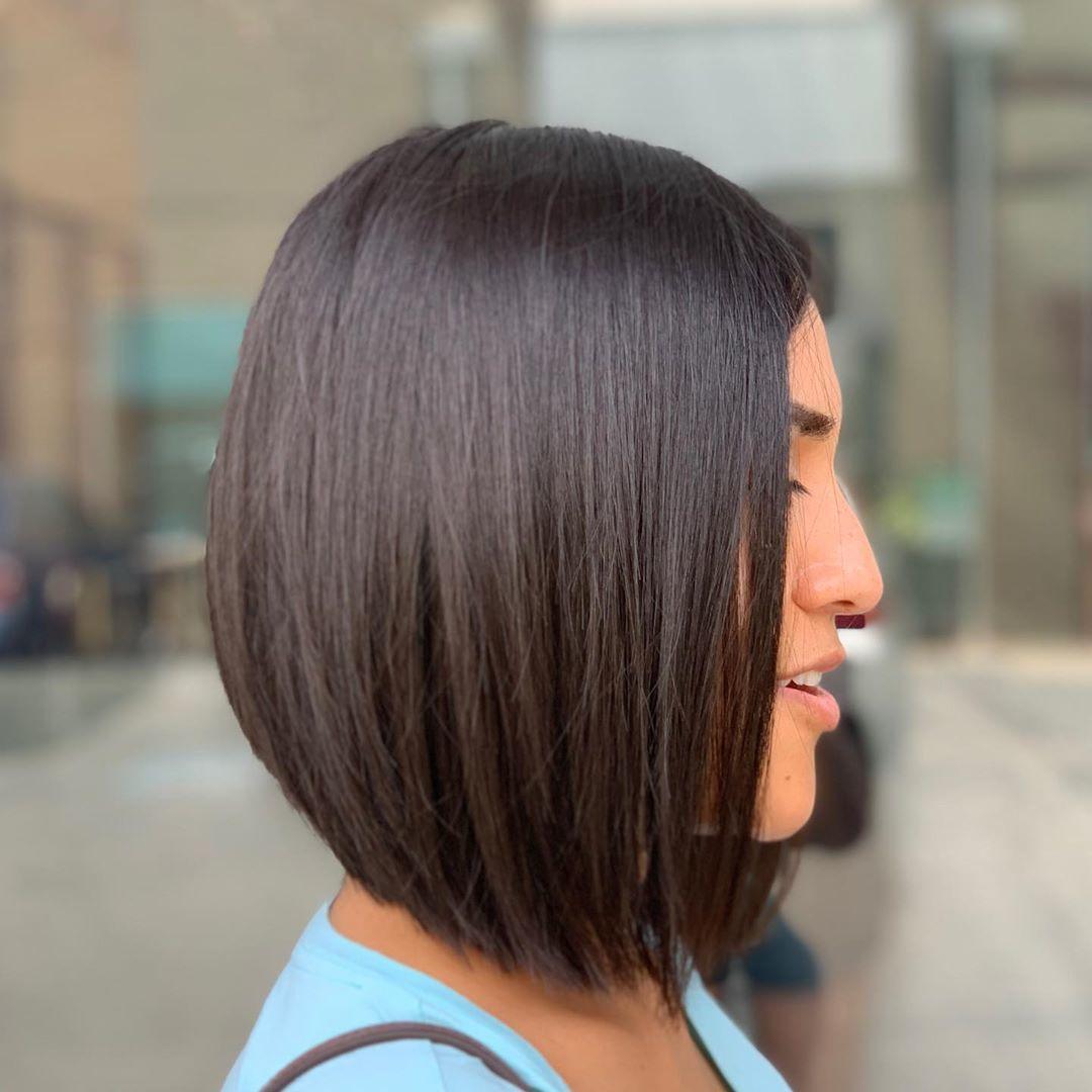 Femme avec une subtile coupe de cheveux à longs cheveux