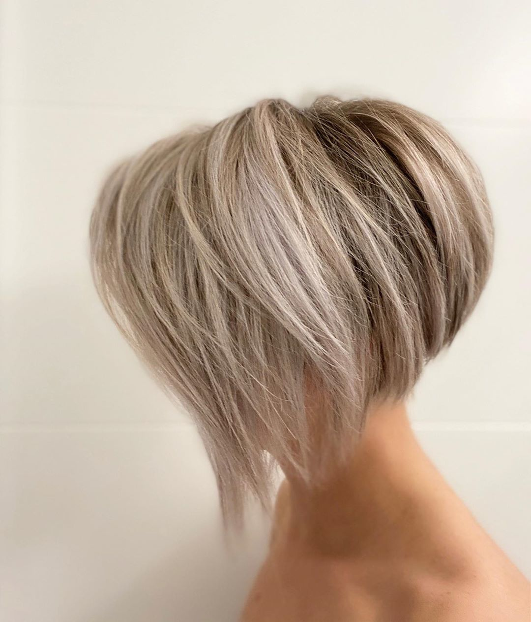 Femme à la blonde glacée, cheveux courts et dégradés