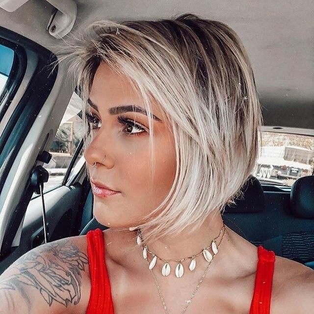 Femme à la coupe de cheveux au carré graduée avec frange latérale
