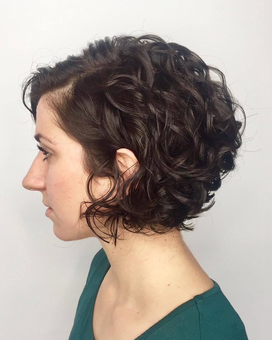 Coiffure au carré diplômée : Femme avec une coupe de cheveux bouclée brun foncé dans un studio