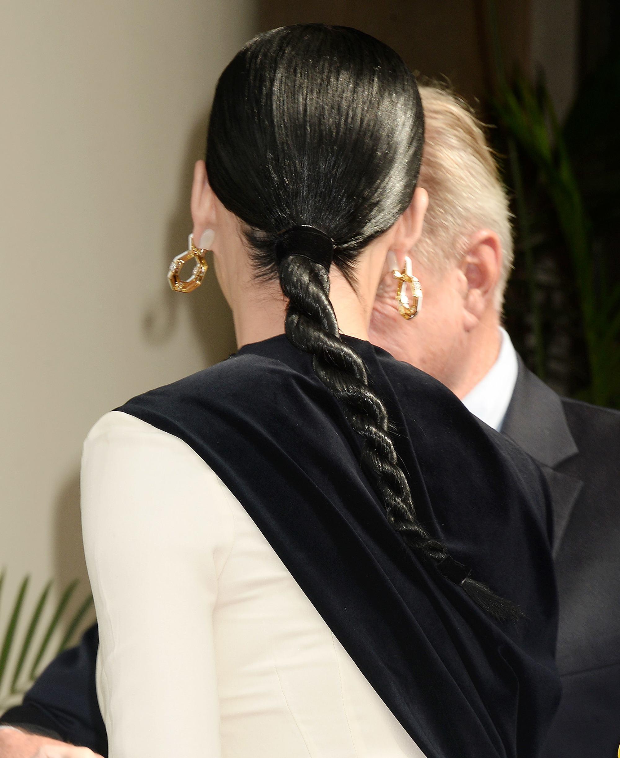 tresses simples pour les cheveux longs : katy perry avec une coiffure en tresse torsadée à la corde