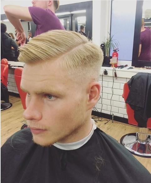 Peigne conique sur une coupe de cheveux : Homme blond avec un peigne et une coupe effilée, avec une raie rasée