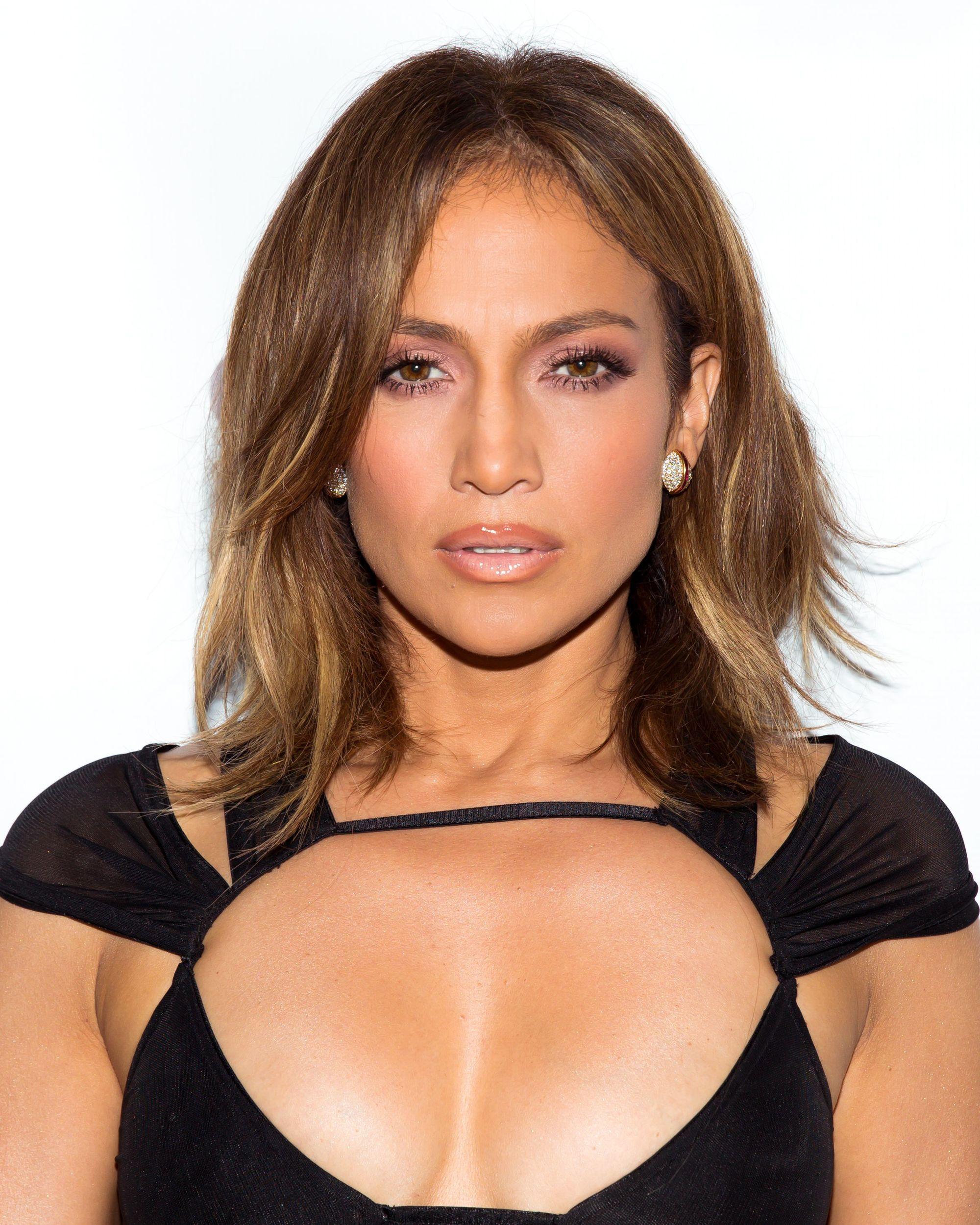 Jennifer Lopez, cheveux bruns de ton moyen, en longs boucles avec raies latérales et légère ondulation