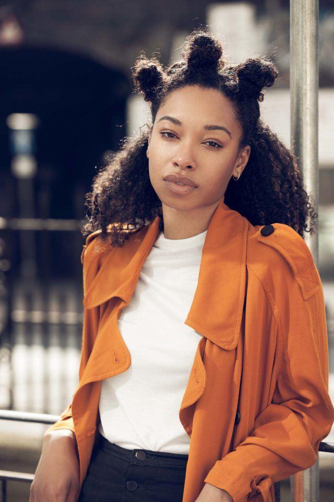 image de face d'une femme avec une coiffure afro-buns - mignonnes coiffures d'hiver