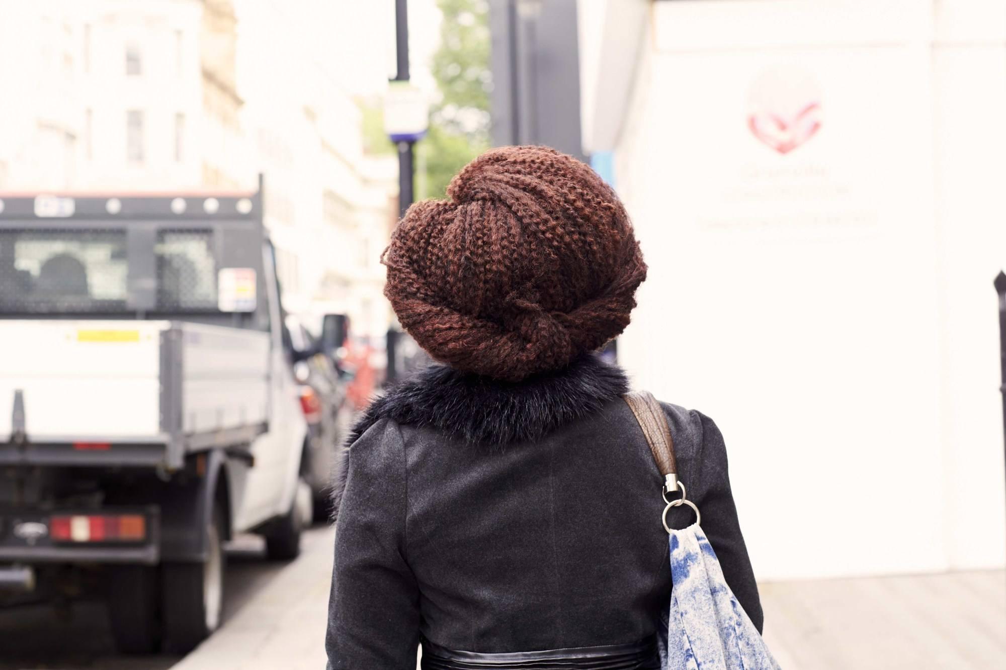 vue de dos d'une femme aux coiffures d'hiver inspirées par le rétro et tordues
