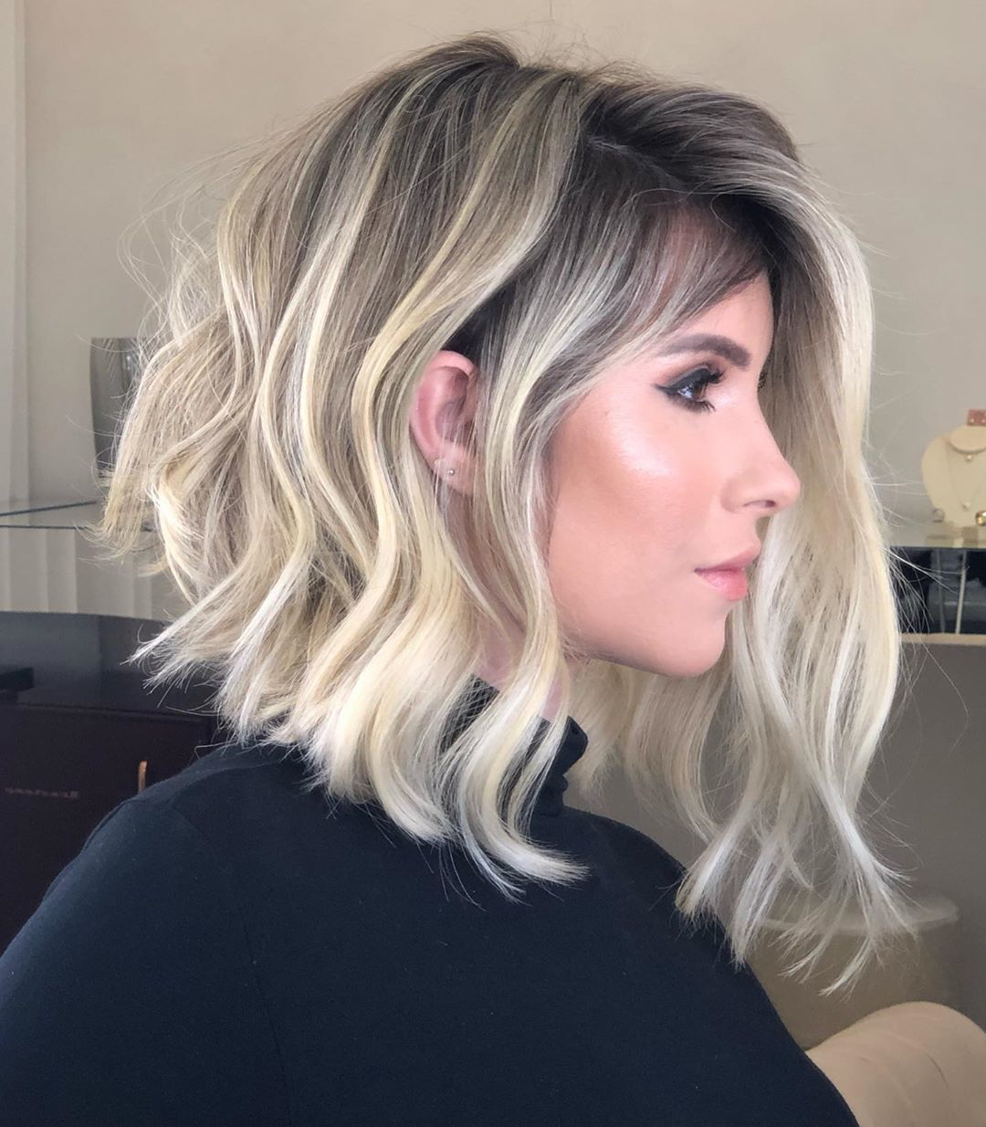 Femme à lobe inversé ondulé d'une blonde cendrée
