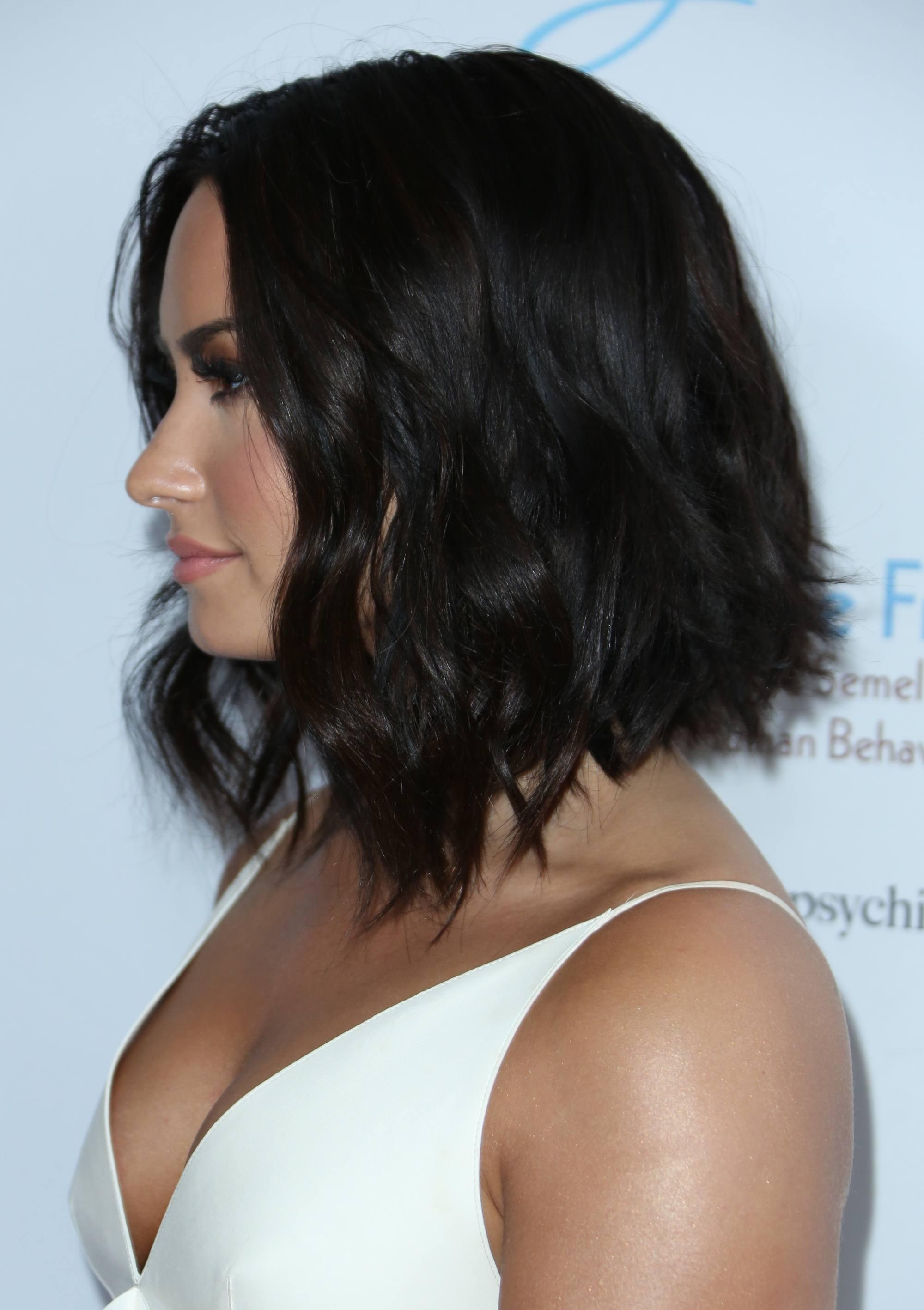 Demi Lovato avec un bob noir ondulé et gradué