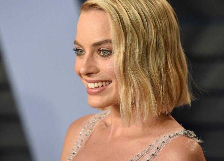 Margot Robbie avec un bob gradué ondulé et blond