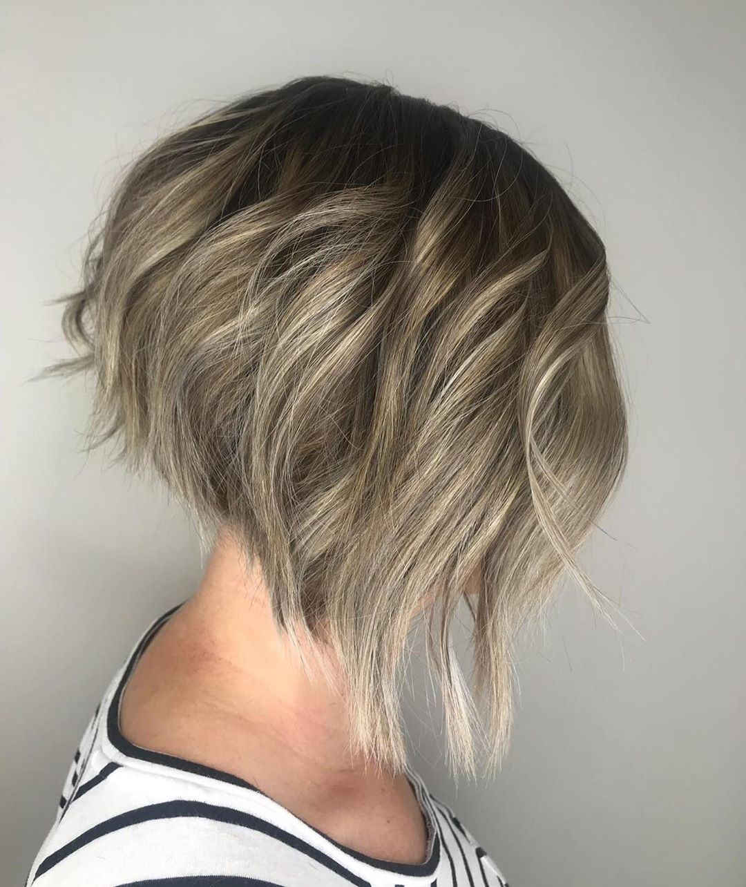 Femme avec un bob ondulé blond foncé