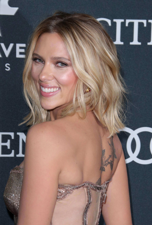 Scarlett Johansson avec un lob ondulé blond avec des reflets