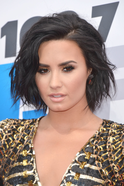 Demi Lovato avec un bob à couches ondulées