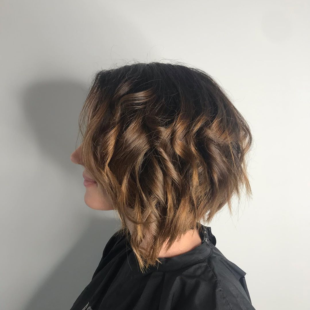 Femme brune avec un bob concave ondulé