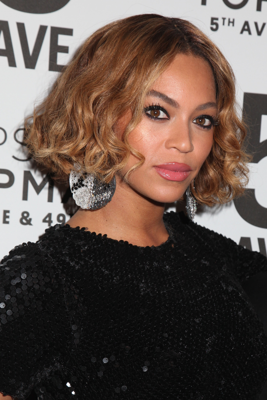 Beyonce avec un bob ondulé brun caramel