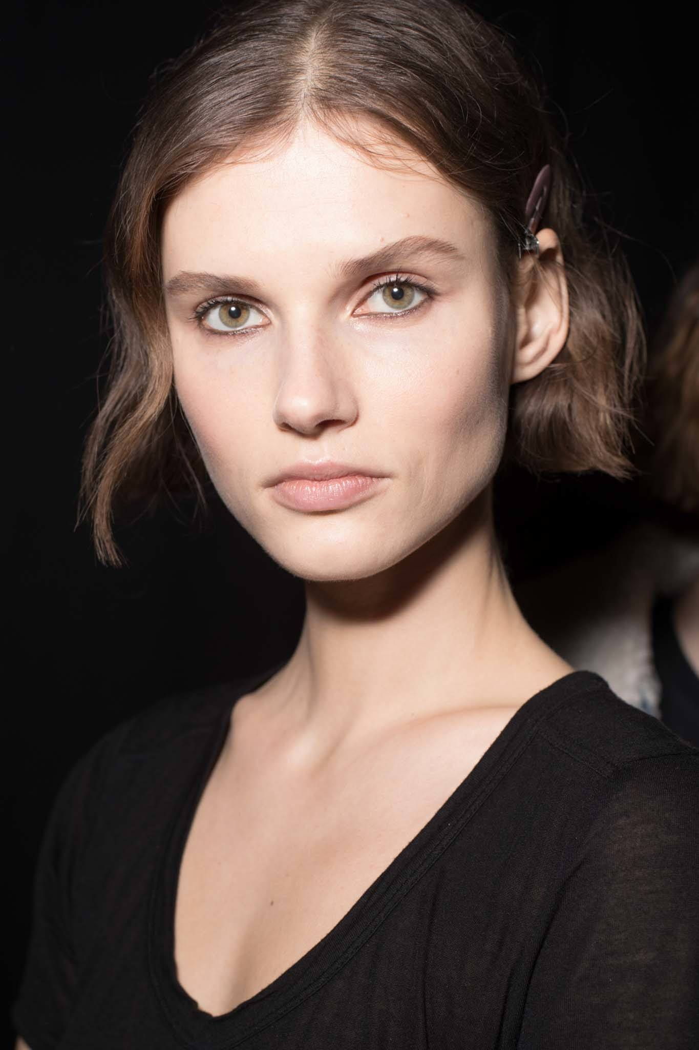 Femme avec un menton brun ondulé longueur bob