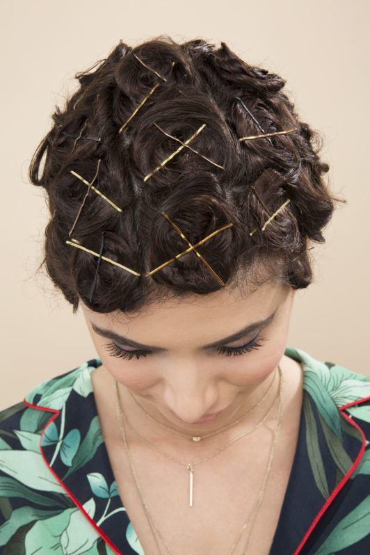 Femme brune aux cheveux en boucles d'épingle
