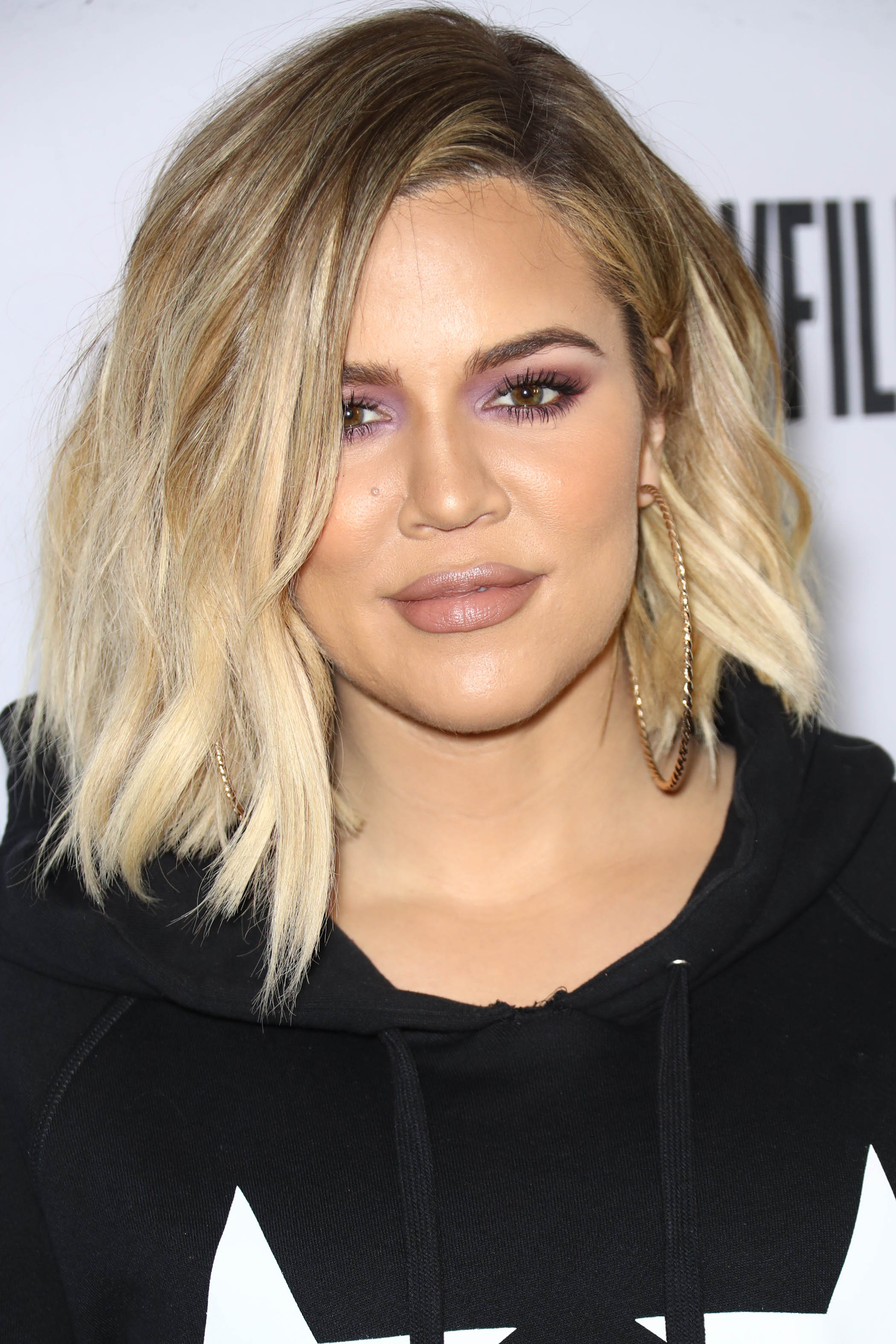 Khloe Kardashian avec un lob ondulé blond