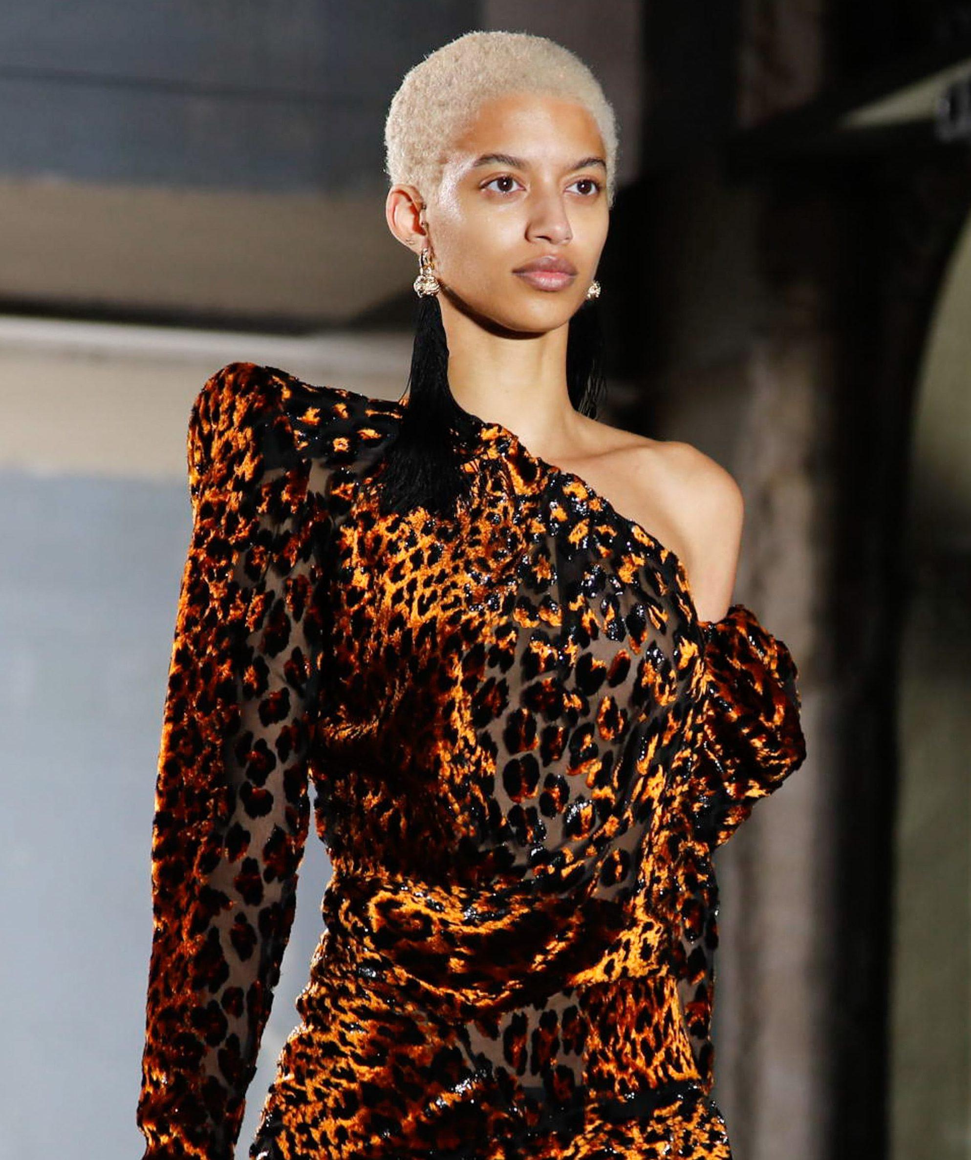 Coiffures blondes courtes : modèle avec cheveux naturels afro