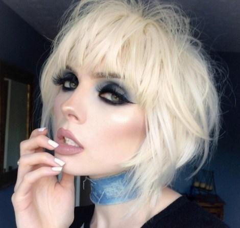 Coiffures courtes blondes : femme avec une coiffure blonde glacée à poils courts