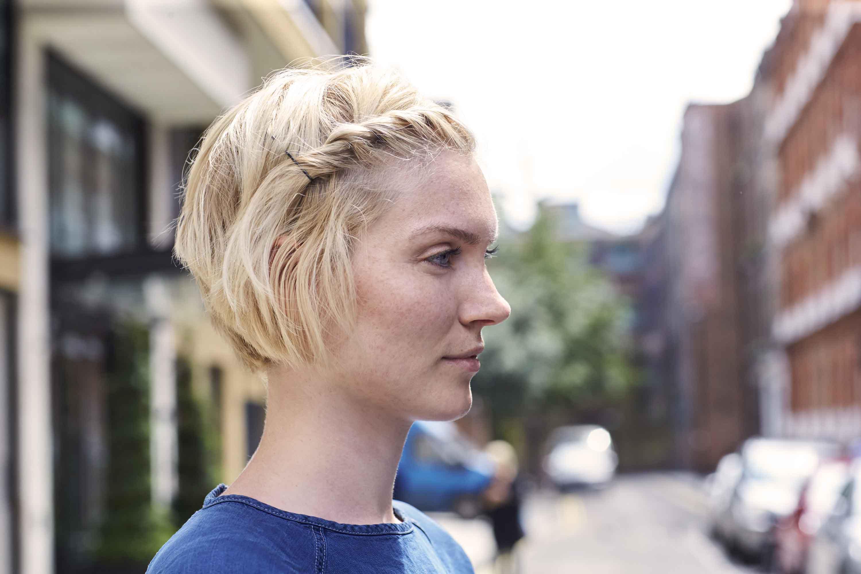 mannequin avec une photo de rue blonde aux cheveux courts