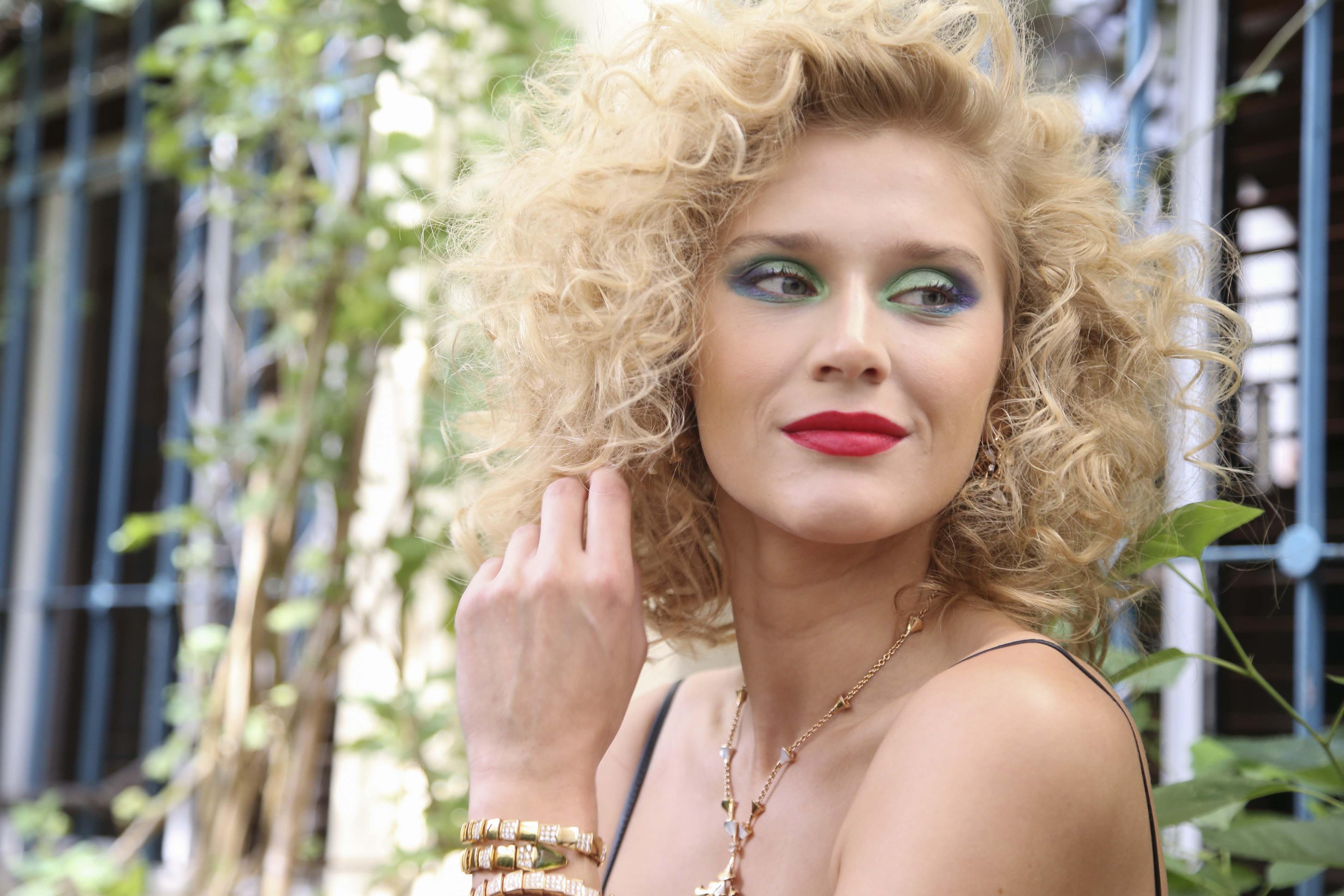 Coiffures blondes courtes : modèle avec des boucles inspirées des années 80
