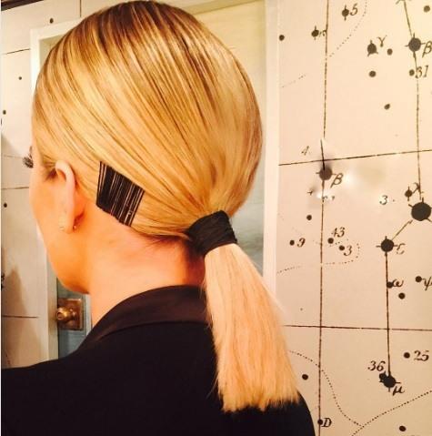 khloe kardashian avec une coiffure blonde dorée à lobes avec des épingles à cheveux