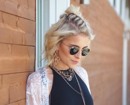 coiffures blondes courtes : modèle avec des cheveux blonds courts coiffés en demi-lune