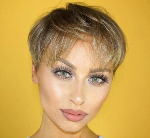 coupe de cheveux blonds courts : femme aux cheveux blonds courts avec des reflets ensoleillés