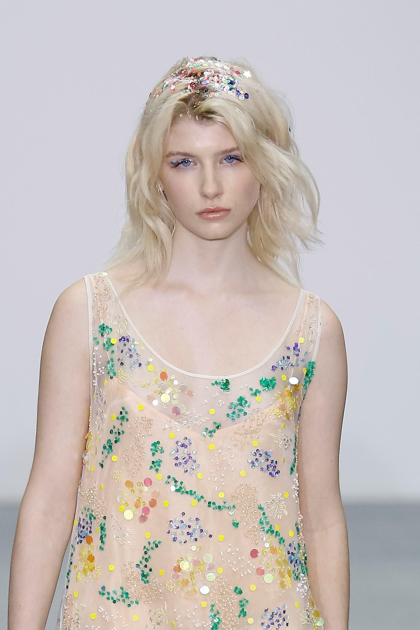 mannequin aux cheveux blonds courts et aux racines scintillantes au ashish show ss16