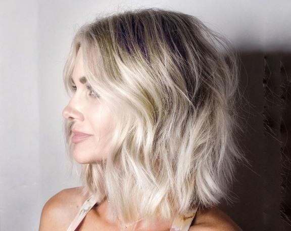 coiffures blondes courtes : femme avec des cheveux blonds courts, texturés et superposés