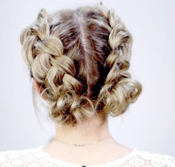 coiffures courtes blondes : femme aux cheveux courts blonds en double chignon