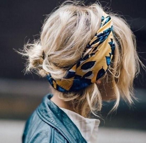 mannequin aux cheveux courts blonds en désordre dans un foulard updo