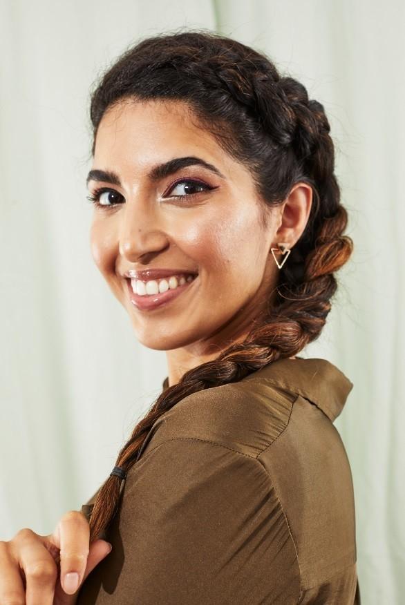 Femme aux longs cheveux noirs avec une tresse hollandaise sur le côté
