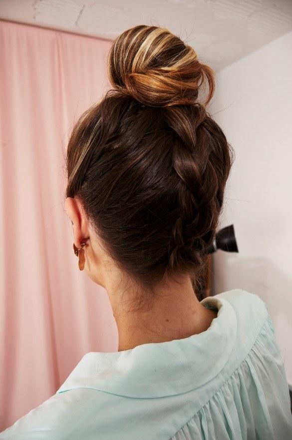 Femme aux cheveux bruns surlignés, avec une tresse hollandaise à l'envers