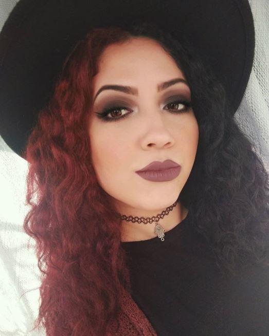 moitié rouge moitié noir cheveux longs bouclés