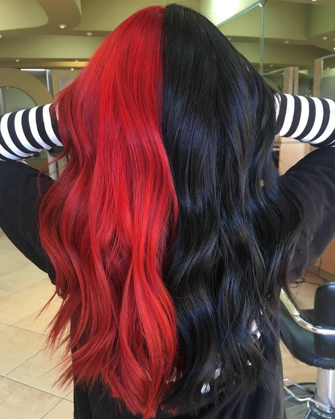 Femme aux longs cheveux teints en noir et rouge
