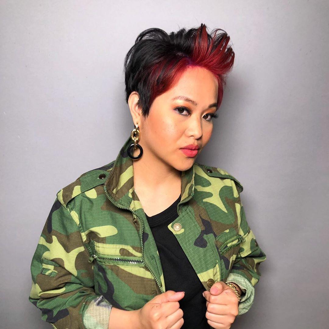 Femme avec une courte coupe de lutin noir et rouge
