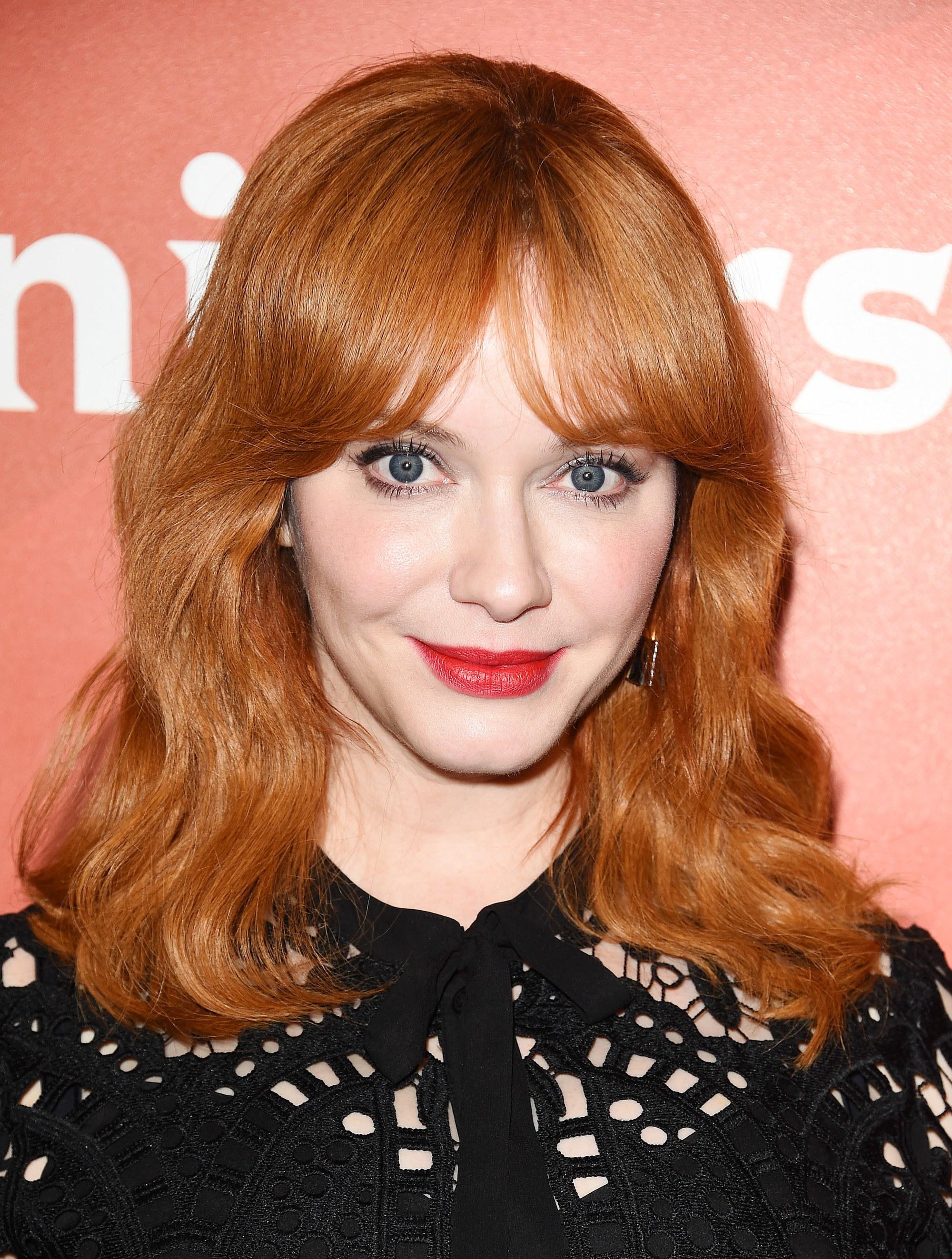 christina hendricks : cheveux roux ondulés de longueur moyenne et frange de bardot