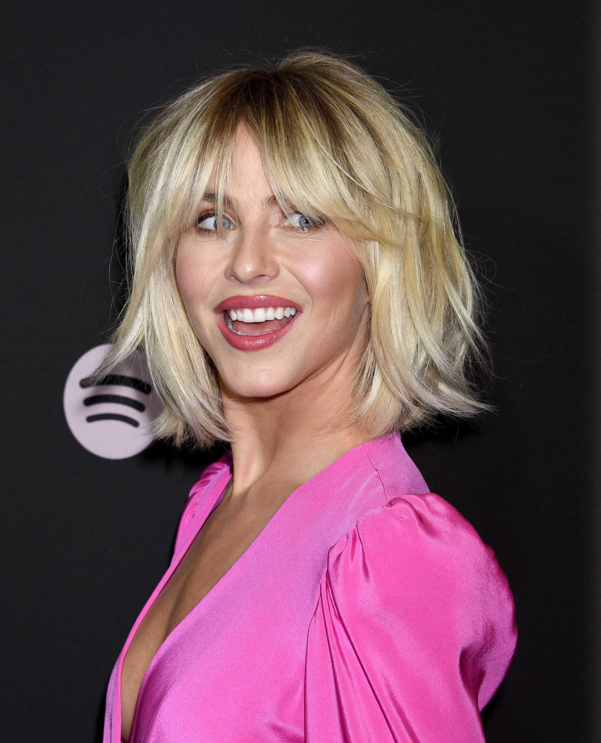 Julianne Hough sur le tapis rouge avec une coupe de cheveux blonde dorée et hirsute de bobsleigh portant tout le rose