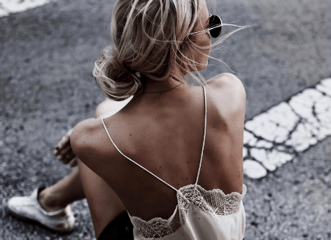 coupes de cheveux blonds courts : femme avec un chignon bas et des cheveux blonds mis en valeur
