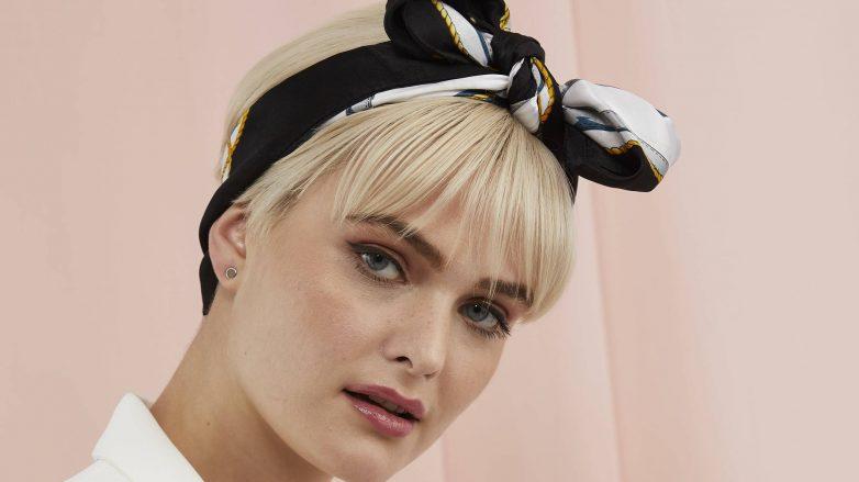 Femme avec un lutin blond platine coupé avec un foulard