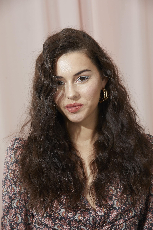 Femme aux longs cheveux ondulés brun foncé