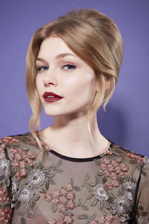 gros plan d'un mannequin avec une coiffure romantique de type
