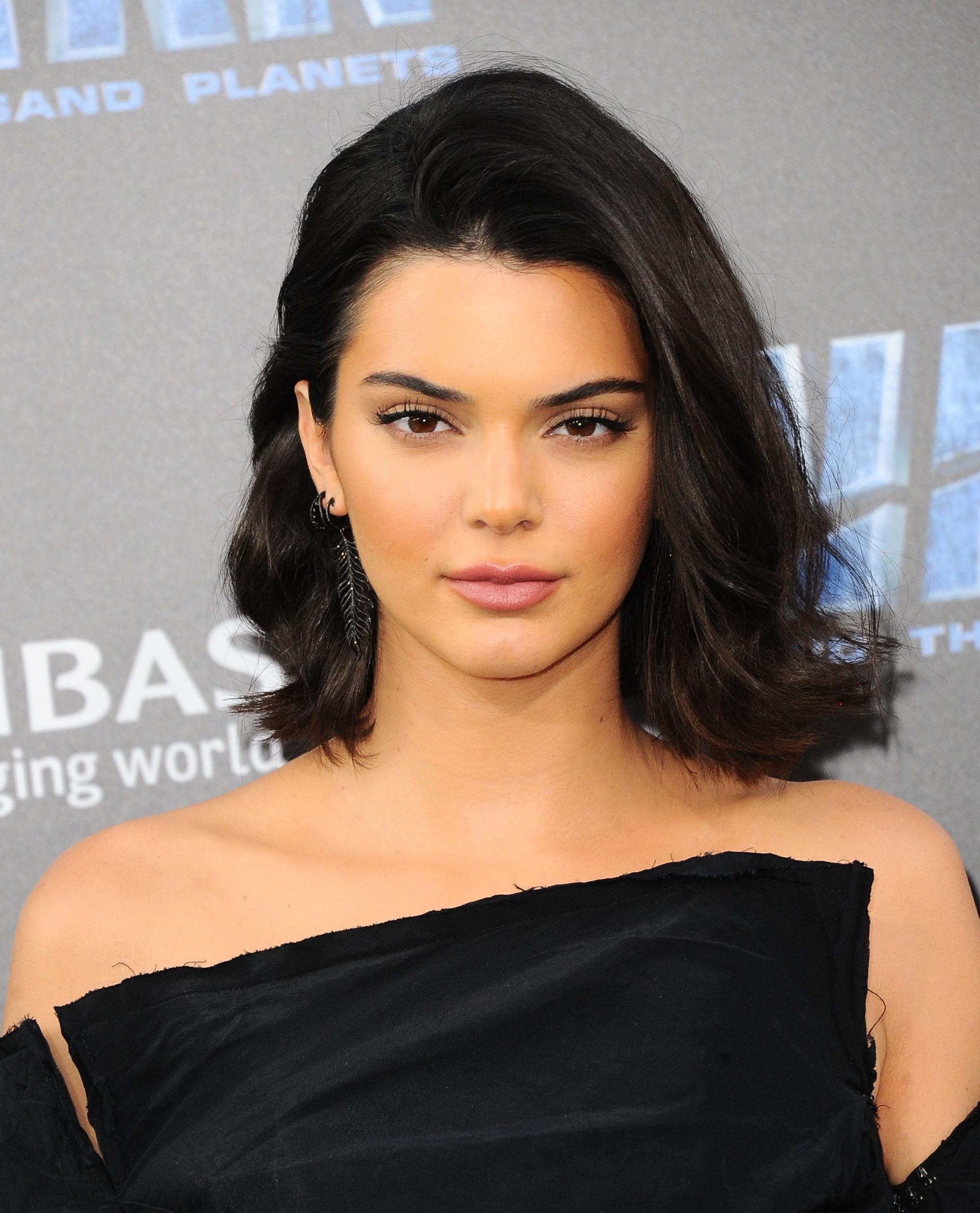Kendall Jenner avec des cheveux ondulés de la longueur d'un lobe