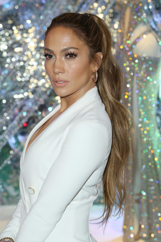 Jennifer Lopez avec une queue de cheval ondulée