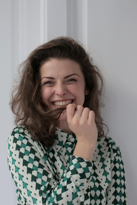 Femme aux longs cheveux ondulés souriant