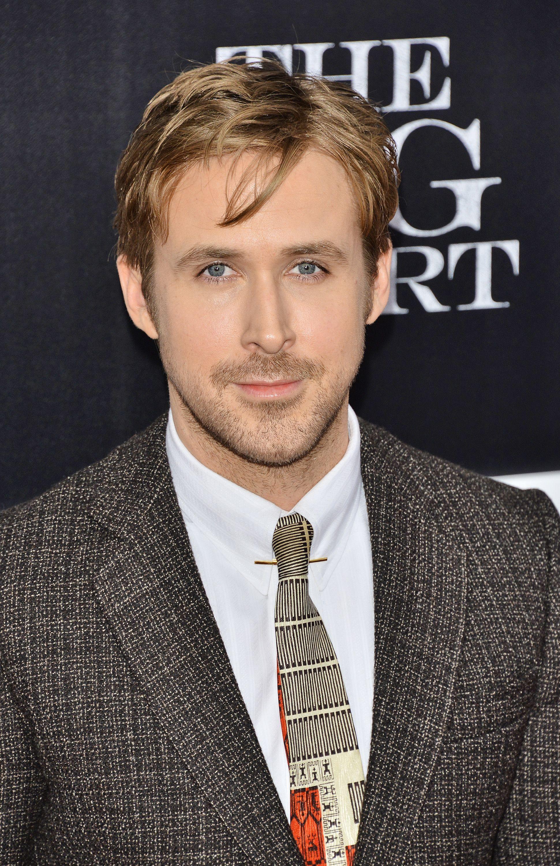 Coupe de cheveux de Ryan Gosling : Ryan Gosling avec une coupe de cheveux mi-longue et texturée