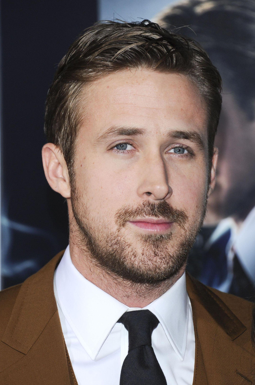 Coupe de cheveux de Ryan Gosling : Ryan Gosling avec des cheveux bruns dans une raie latérale