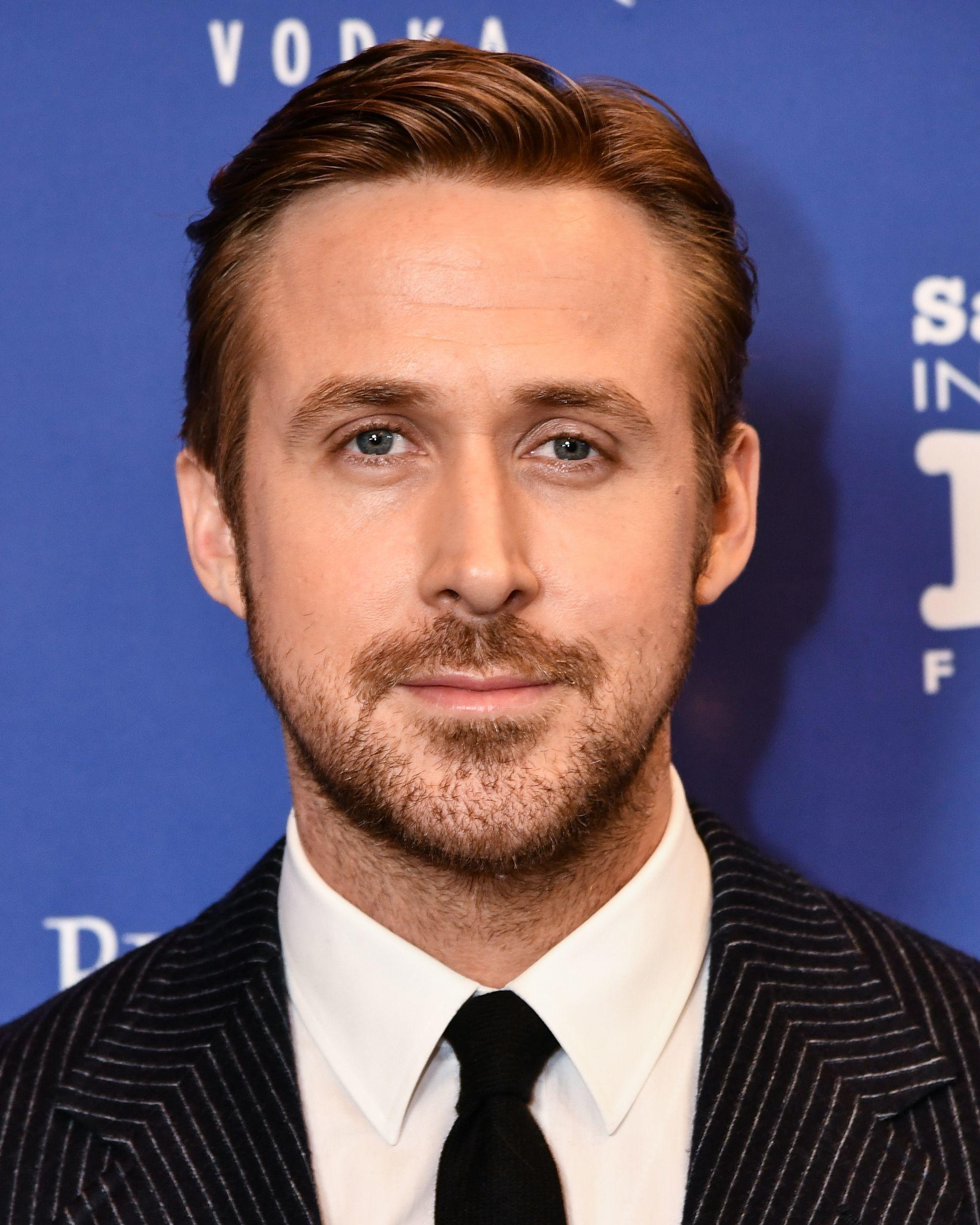 Coupe de cheveux de Ryan Gosling : Ryan Gosling avec une coupe de cheveux Ivy League, portant un costume