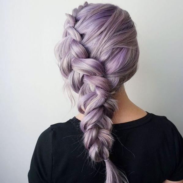 Femme aux cheveux lilas dans une tresse hollandaise