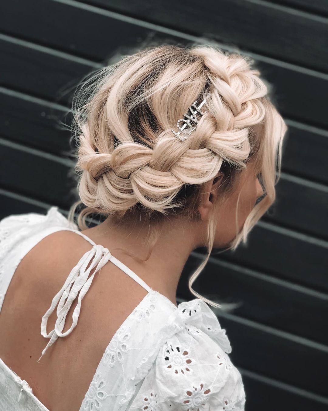 Femme blonde à la couronne tressée, coiffée d'une barrette avec le slogan LOVE